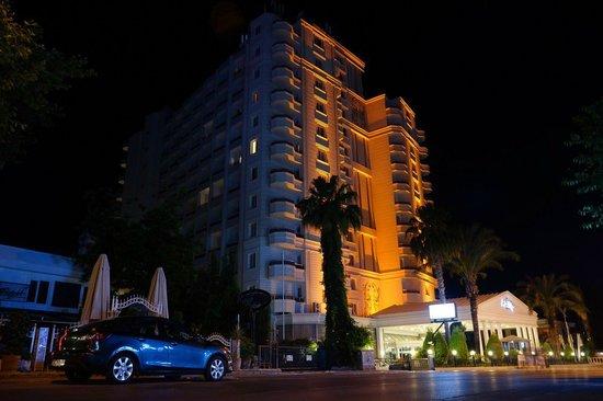 Antalya Adonis Hotel : Отель вечером