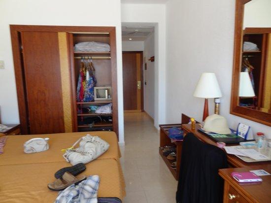 SENTIDO Playa del Moro: Our room,unpacking.