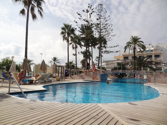SENTIDO Playa del Moro: Pool area.
