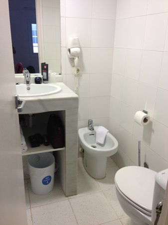 "Hotel Subur: ""amplio baño"""