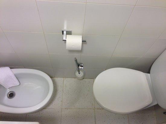 Hotel Subur: detalle de la situación del WC. imposible sentarse normal, la rodilla no cabe
