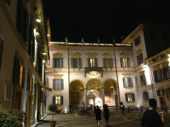 Hotel Villa San Carlo Borromeo: la facciata nel cortile