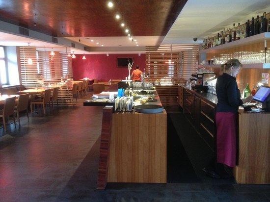 Hotel Restaurant Darwin : Salle de restaurant et à manger accueillantee