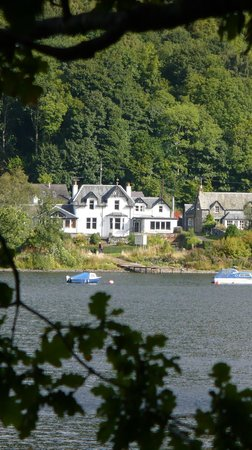 The Achray House Hotel and Lodges: Hotel from across the loch