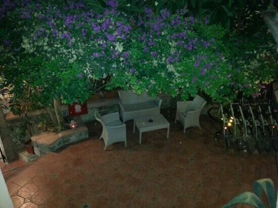 Hotel Attiki: Courtyard and reception area at night