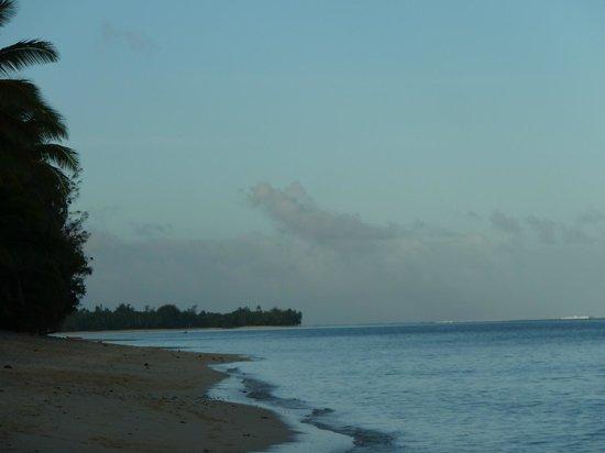 Cooks Bay Villas: Beach at dusk