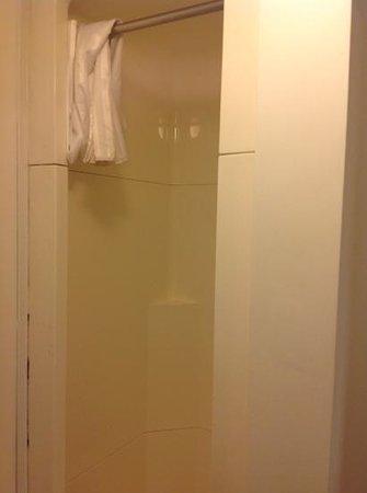 Avalon House : shower