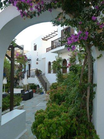 Hotel Christina: Überall im Innhof grünt und blüht es