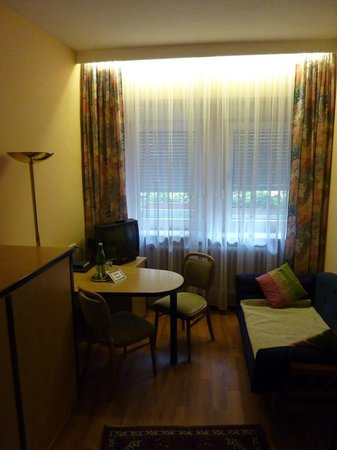 Hotel Zum Winzermännle: Sitting area in bedroom