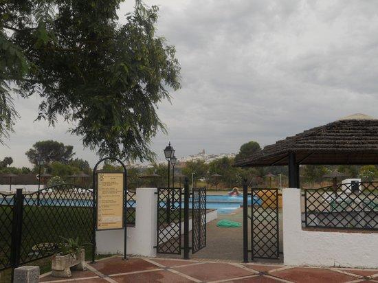 Hotel Meson de la Molinera: Piscina y Arcos al fondo
