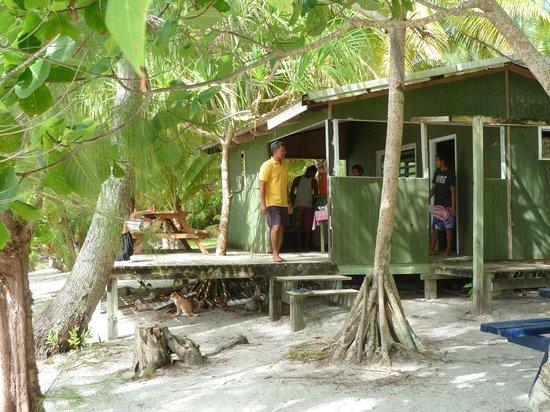 Aitutaki Adventures: Preparing for lunch on One Foot Island