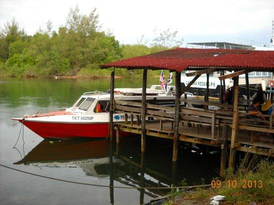 Redang Pelangi Resort: Jetty and boat for sea transfers
