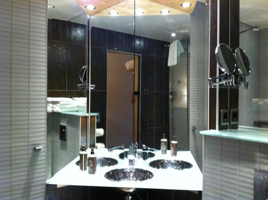 Hotel Lundia: Bathroom