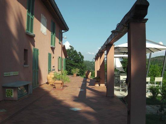 Podere Chiaromonte: cortile dove si fa colazione