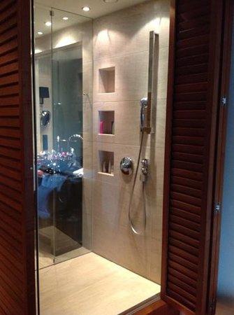 DO & CO Hotel Vienna: shower room 607
