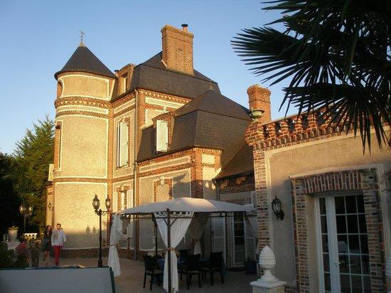 Chateau Le Mesnil : soleil couchant sur la demeure