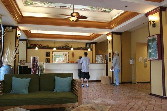 Best Western The Plaza Hotel: ハワイの雰囲気のあるフロントデスク