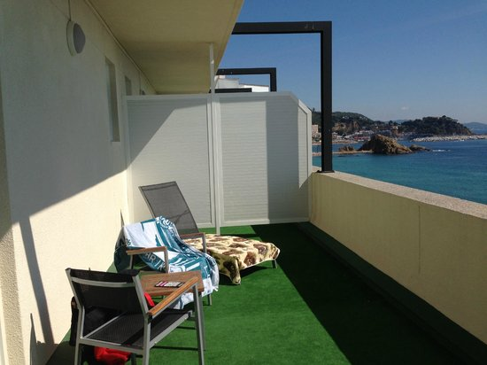 Hotel Horitzo : The balcony with sunbeds and the view of Sa Palomera