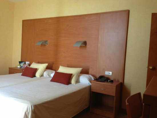 Hotel Horitzo : Our ttwin bed