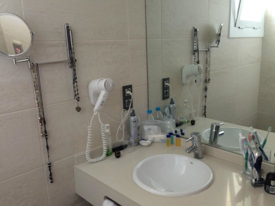 Hotel Horitzo: Everything at hand in the bathroom