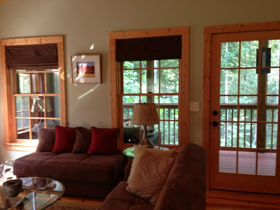 Mountain Laurel Creek Inn & Spa : Gorgeous view out the living area onto a screened porch