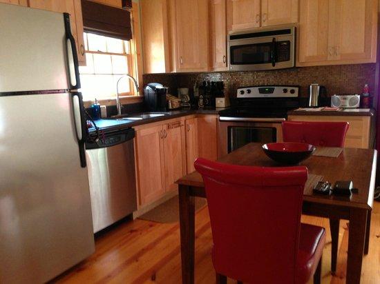 Mtn Laurel Creek Inn & Spa: Full Kitchen/dining area