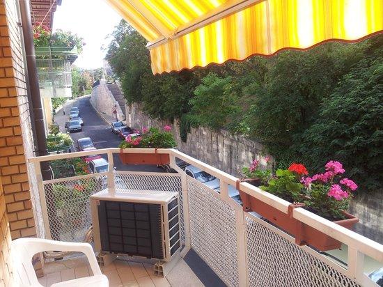 Budavar Bed & Breakfast : Le balcon de la chambre N°4 côté bastion du Pêcheur