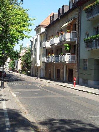 Budavar Bed & Breakfast: La pension vue des escaliers du Bastion du Pêcheur