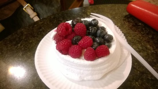 A Blikle : Meringue with berries
