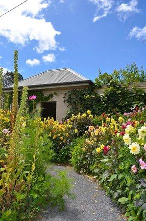Old Wesleydale Heritage Accomodation: beautiful garden