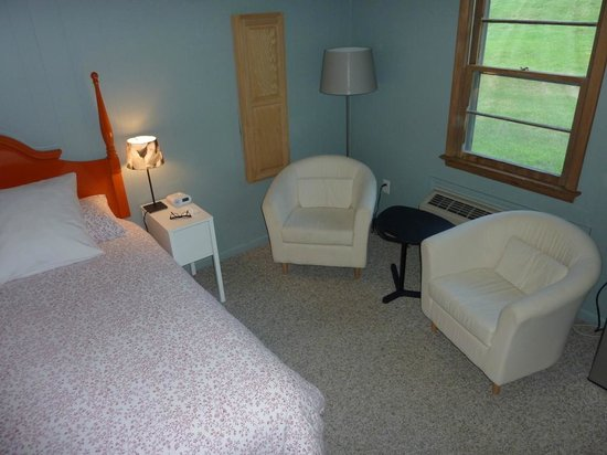 Briarcliff Motel: Comfy seating area