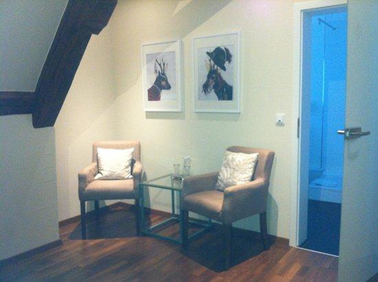 Hotel Bayerischer Hof: Sitting area of Room 205