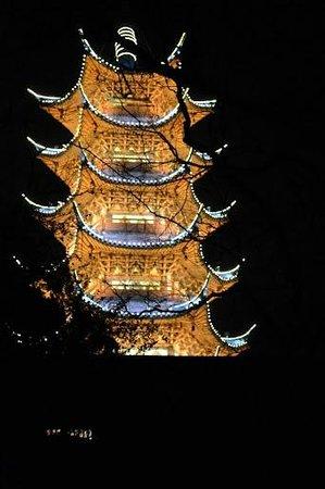 Haigang Hotel: ホテルの隣にある塔山のライトアップ。