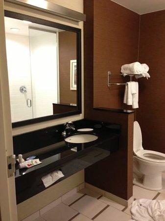 Fairfield Inn & Suites Chincoteague Island: king suite bathroom