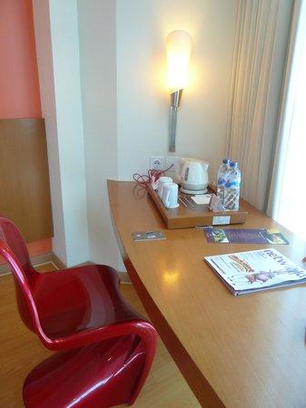 Ibis Semarang Simpang Lima: the Working Desk