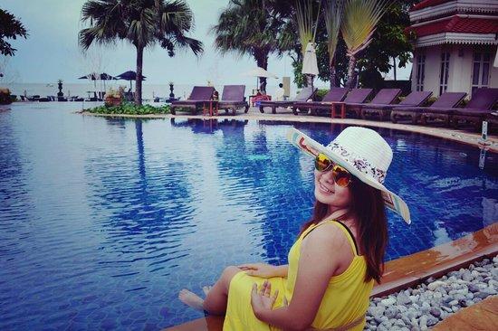 Wora Bura Resort & Spa: วันดีๆแบบนี้หาได้ที่ไหน...ห้องสวยๆ บรรยากาศเก่าๆ สระว่ายน้ำติดทะเล..พนักงานเป็นมิตร..คุ้มค่าจิงๆ