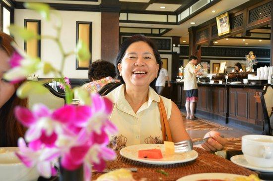 Wora Bura Resort & Spa: รอยยิ้มของแม่ ที่มีความสุขกับการได้พักผ่อนที่นี้ และอาหารเช้าหลากหลาย อิ่มจุงเบย...