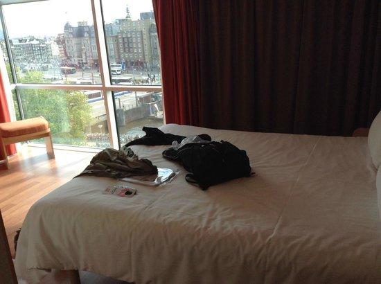 Ibis Amsterdam Centre: Interior do apartamento com vista da cidade