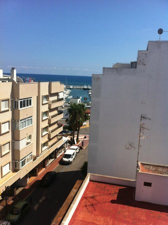 Duquesa Playa: Veiw to the sea and marina