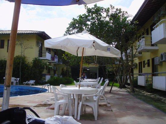 Sunshine Praia Hotel : Piscina com alguns apartamentos na lateral