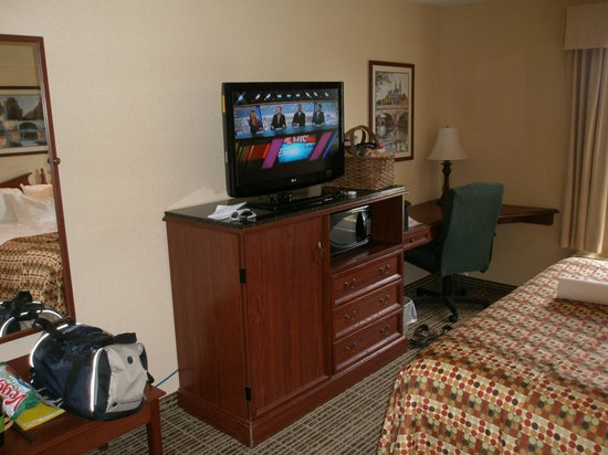 Baymont Inn & Suites Georgetown/Near Georgetown Marina : TV, Bureau, and desk