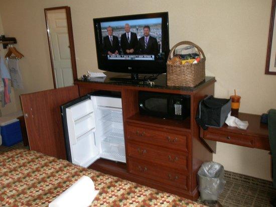 Baymont Inn & Suites Georgetown/Near Georgetown Marina : TV, fridge, and Microwave