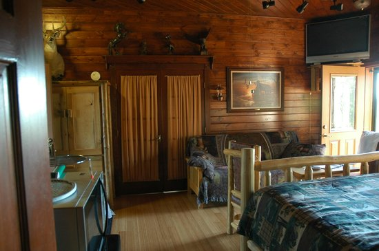 Talkeetna Denali View Lodge & Cabins: Trophy Room doors to kitchen area