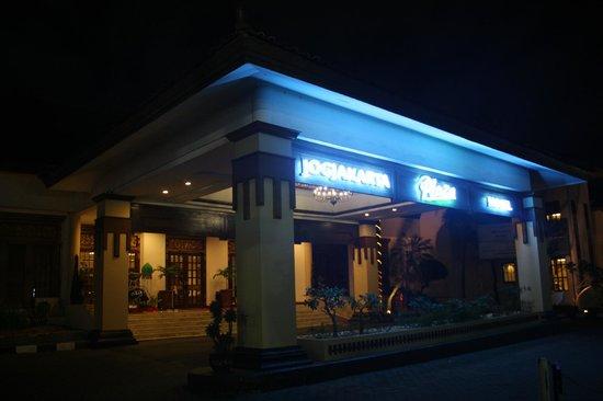 Jogjakarta Plaza Hotel: front of the hotel