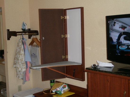 Baymont Inn & Suites Georgetown/Near Georgetown Marina: Ironing Board