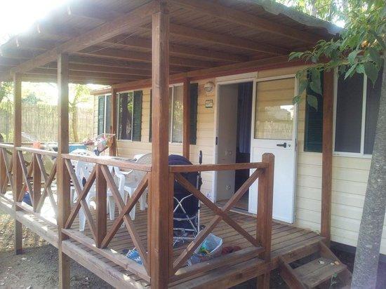 Villaggio Camping Le Dune : La veranda esterna delle case comfort