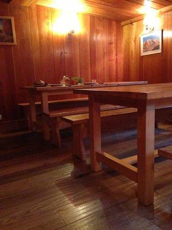 Gite Tupilak Les Meandres : dining room