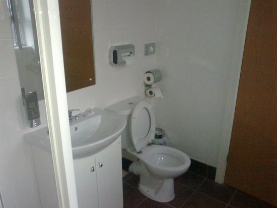 Hatters Hostel Liverpool: toilet/shower