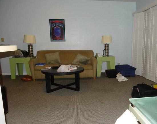 Magic Castle Hotel : une partie du salon de notre suite à deux chambres