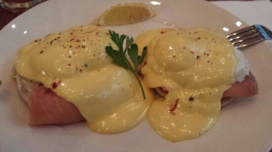 Garlands Eatery and Coffee House: eggs royale - smoked salmon and hollandaise sauce bagel